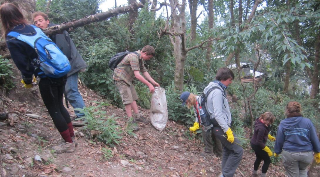Projects Abroad volontärer städar upp skräp i nationalparken i Himalayabergen